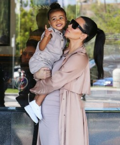 Kim-Kardashian-with-her-daughter-North