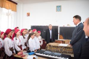 Președintele Romaniei in vizita la scoala din Motoseni, parte a pachetului UNICEF Educatie Incluziva de Calitate