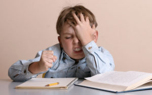 Ministrul Educatiei va reglementa cate ore poate sa lucreze la teme un elev in afara scolii