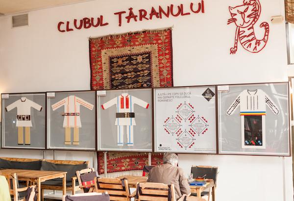 Costume populare romanesti construite din caramizi LEGO, la Clubul Taranului Roman