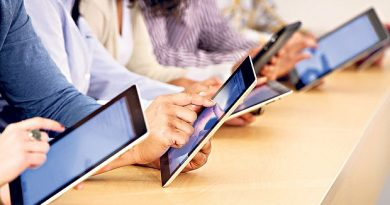 Elevii defavorizați pot primi 200 de euro de la stat pentru a-și cumpăra tablete și calculatoare