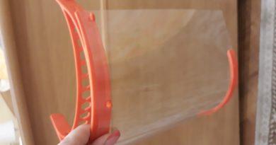 Profesorii din reţeaua EDUTECH fac viziere cu imprimante 3D pentru spitale şi farmacii