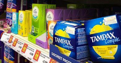 Scoţia a devenit prima ţară din lume care distribuie gratuit tampoane și absorbante